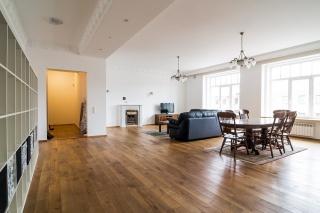 арендовать светлую и просторную 4-комнатную квартиру Невский проспект